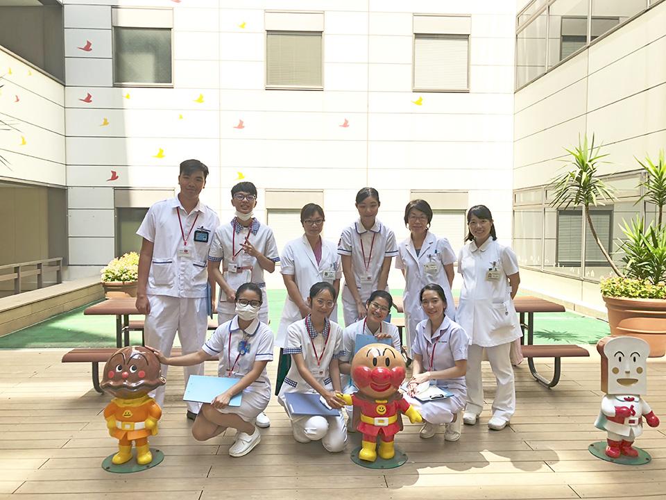 小児医療センターの中庭で