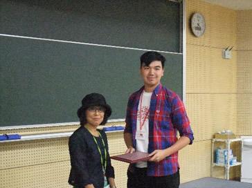 分野長より香港大学生へ修了証授与
